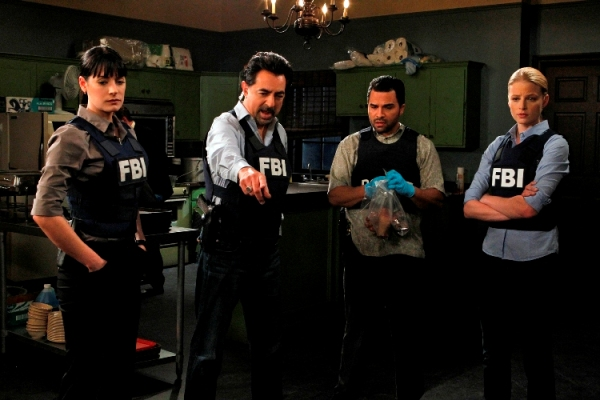"""Corazon""  -- (From left) Prentiss (Paget Brewster), Rossi (Joe Mantegna), Hotchner (Thomas Gibson), Miami Detective Manny Lopez (Manny Perez) and Seaver (Rachel Nichols) investigate a series of bizarre, ritualistic murders in Miami, on CRIMINAL MINDS, Wednesday, Jan. 12 (9:00-10:00 PM, ET/PT) on the CBS Television Network. Photo: Sonja Flemming/CBS. ©2010 CBS BROADCASTING INC. All Rights Reserved."